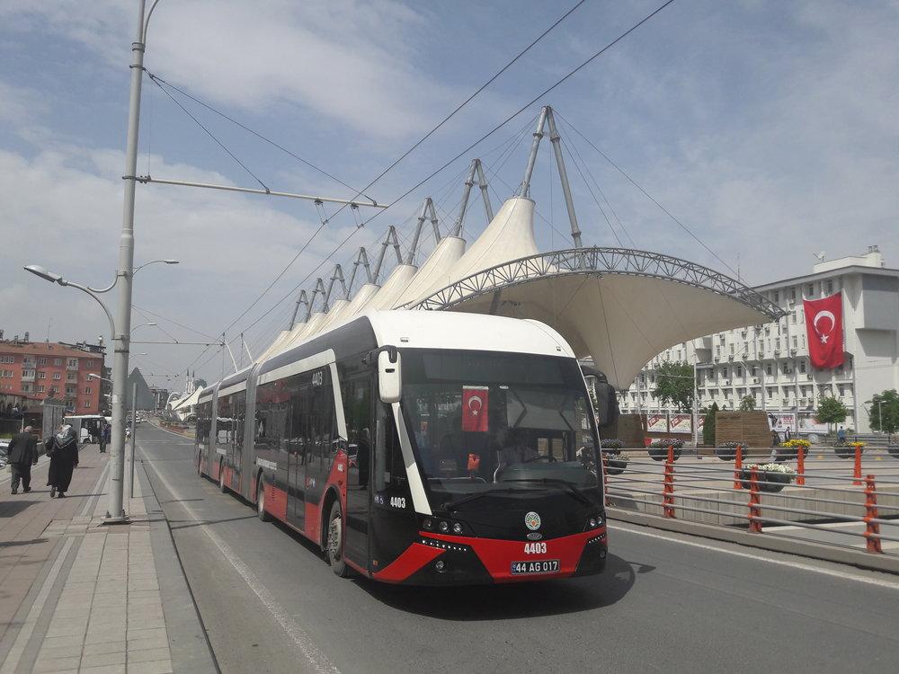 Trolejbus v centru Malatye dne 6. 5. 2018. Všechna vozidla jsou tříčlánková, plně klimatizovaná. Pochází od výrobce Bozankaya. (foto: Vít Hinčica)