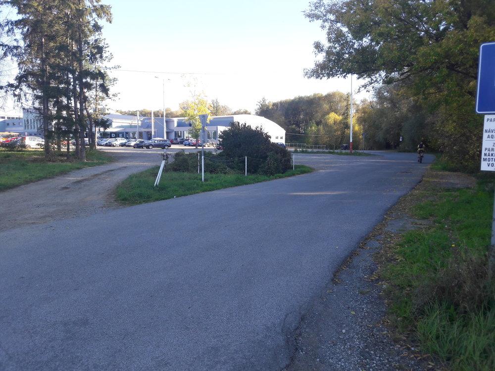 Pokud by se trať od akvaparku prodlužovala do průmyslové zóny Záborské, muselo by se jet dále přes les.