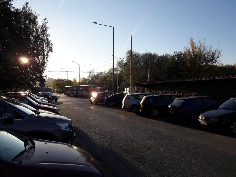 Konečné Pod Šalgovíkom a Sibírksa se mají propojit. Sídliště je však přeplněné auty, která stojí všude, kde se dá, takže někteří řidiči budou muset po dobu stavby parkovat asi daleko.