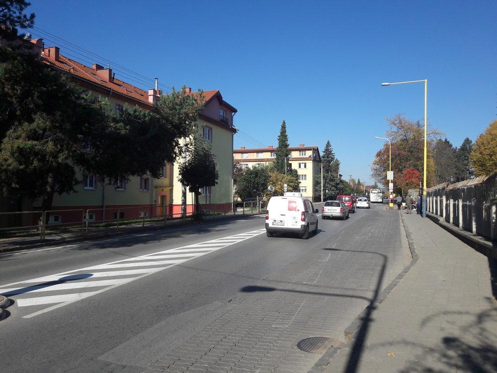 Ulice Šafárikova opět při pohledu nasever, nemocniční areál je vpravo.