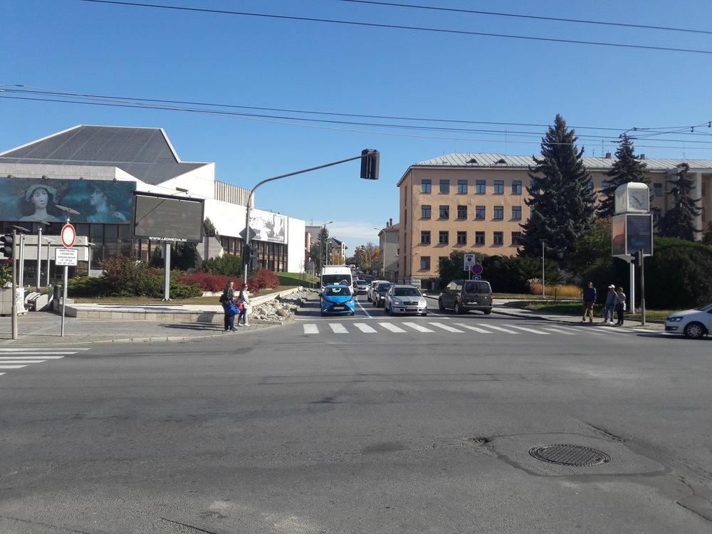 Pohled od ulice Masarykova do ulice Grešova (poté následuje hned Jána Hollého), po které denně proudí stovky trolejbusů.