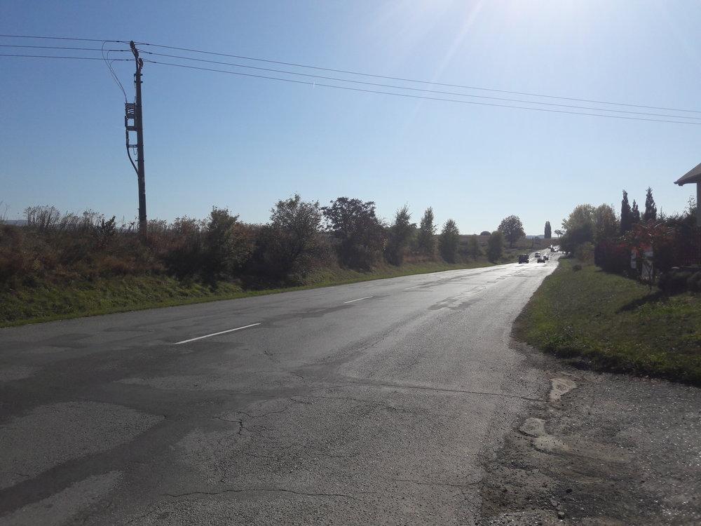 Zkopce by se pak spustily směrem kulici Pod Hrádkom, zabočily doprava (tj. nazápad a po necelém km by dojely ke hřbitovu).