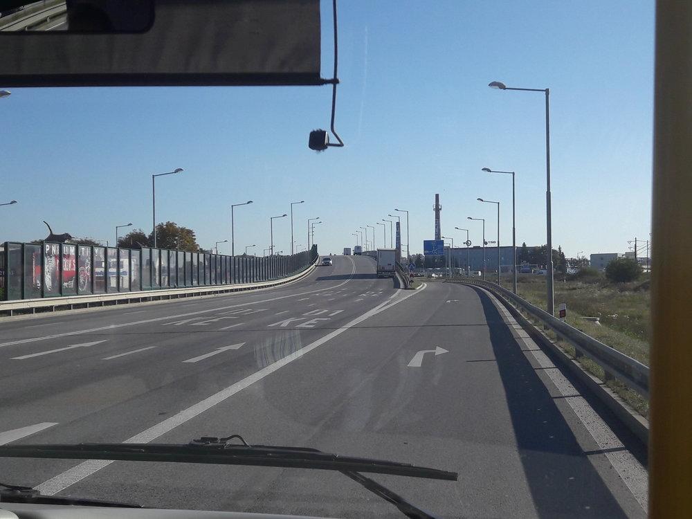 Trolejbusy by se mohly podívat najih po Košické ulici. Nasnímku nedávno vytvořené přemostění nového kruhového objezdu.