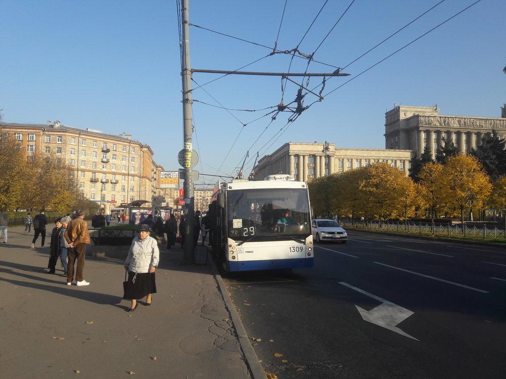 Ještě tři snímky spetrohradskými trolejbusy, aby bylo vidět porovnání se staršími vozidly, která však všechna pocházejí ztohoto století.