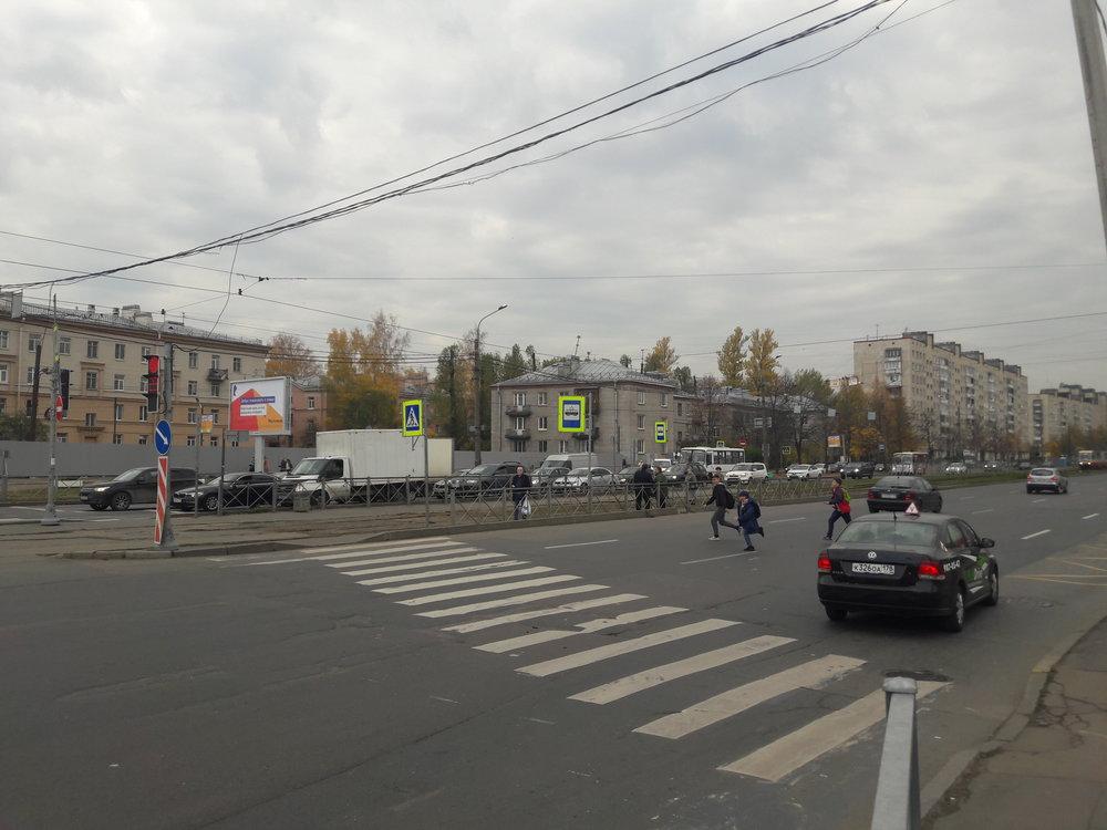 Zde vidíme konečnou zastávku ulica Kommuny. Vlevém směru následuje nácestná smyčka.