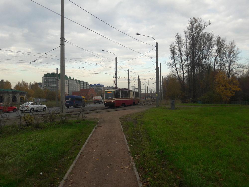 Zde tramvaj vyjíždějící zkonečné ulica Kommuny.