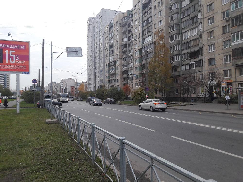 Po této trolejbusové trati, která zabočovala zkolmo vedené ulice naprospekt Nastavnikov, už dávno nic nejezdilo, příchod Čižika ale vedl kjejímu přerušení.
