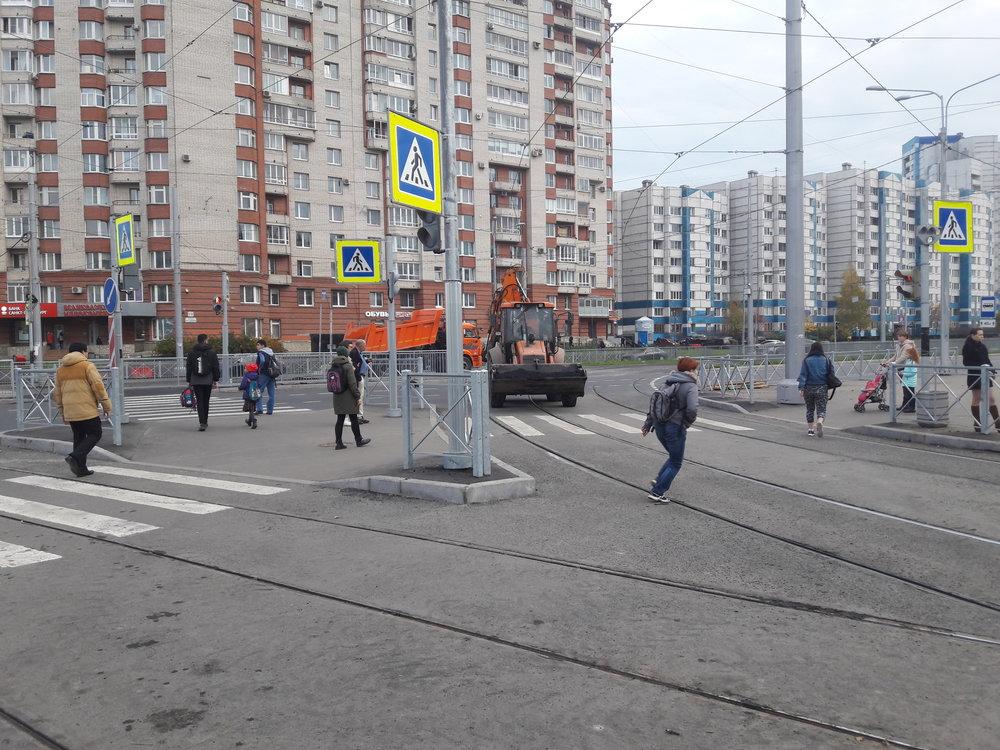 Čižik už nalince č. 8 jezdí, ale i po jeho trati se nadále prohání různé stroje a desítky dělníků a inženýrů.