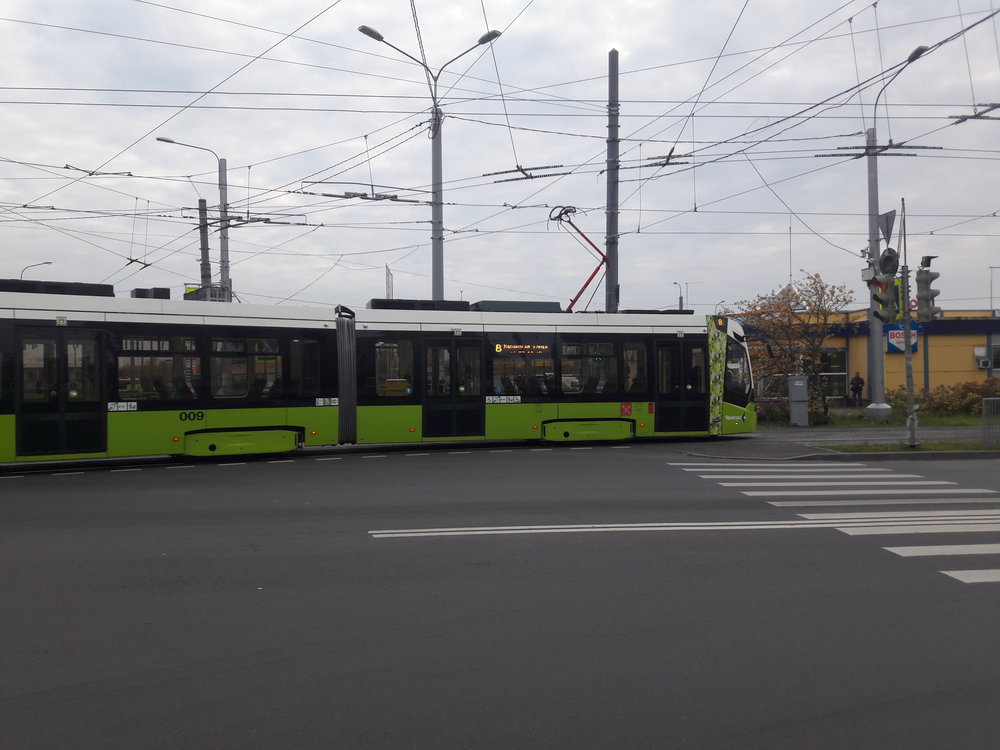 Tramvaj vyjíždí ze své konečné Chasanskaja ulica nastejnojmennou ulici a směřuje do oploceného areálu.