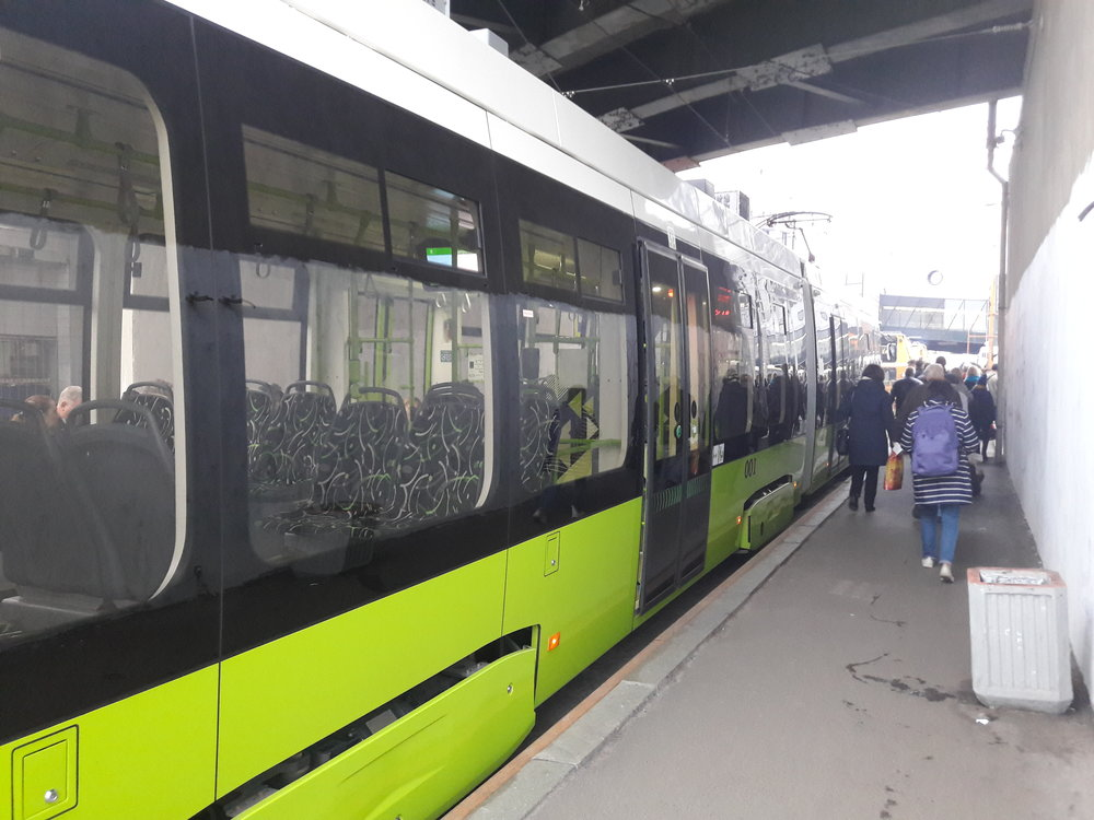 Konečná u stanice metra Ladožskaja. Zatím je zde třeba měnit směr, protože úsek kobratišti Malaja Ochta ještě není hotov.