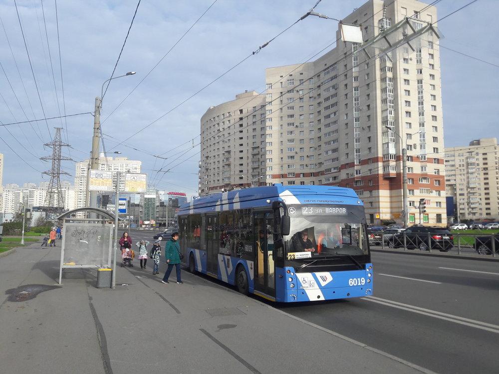 Parciální trolejbusy se staly hitem zejména v okrajových čtvrtích Petrohradu. Stahování sběračů a jejich nasazování cestující ani nepostřehne, jedná se o pár vteřin. Jelikož jsou petrohradské ulice často kvůli autům přeplněné a čekání na křižovatkách se protahuje i na více než několik minut, řidiči nejednou namísto čekání vyjdou ven na ulici a nahazují sběrače už tam, čímž pak stříšky vůbec nemusejí využívat. Snímek je ze dne 20. 10. 2018. (foto: Vít Hinčica)