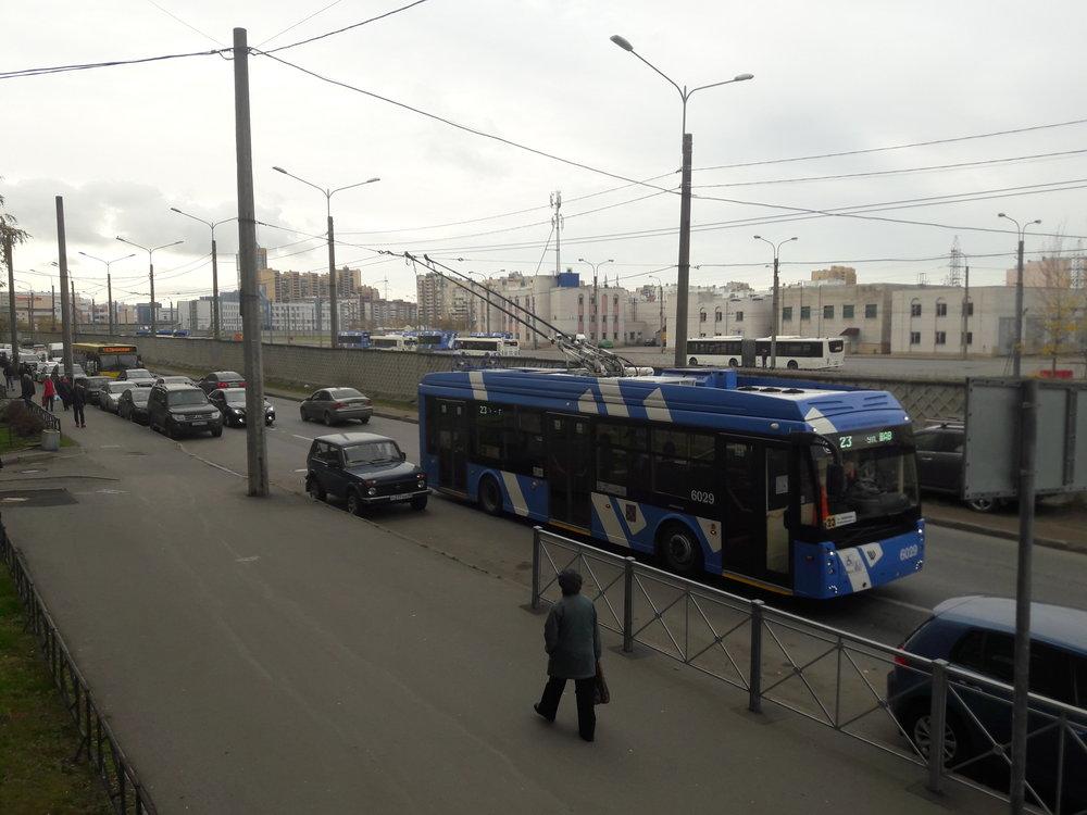 """U konečné Šavrova ulice je zázemí pro odstavení trolejbusů. Sídliště vseverozápadně ležícím Primorskom rajoně, kde se konečná nachází, je velmi hustě obydlené a trolejbusy se tu """"netrhnou"""" od rána do pozdního večera, ve špičkách prakticky každé dvě až tři minuty vyjíždí trolejbus naněkterou zlinek 2, 12, 23 či 50 (první tři výhradně sparciálními trolejbusy)."""