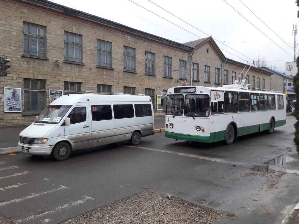 Trolejbus vyjíždí zkonečné LAZO.
