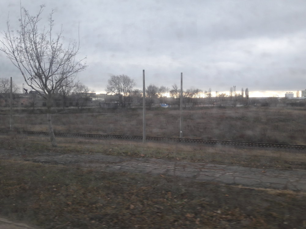 """Nakonec této galerie si dovolme dva """"trolejbusové"""" pohledy nahlavní trať zKišiněva do Oděsy. Elektrizace se tato trať asi jen tak nedočká, sloupy už tam stojí několik dlouhých let."""