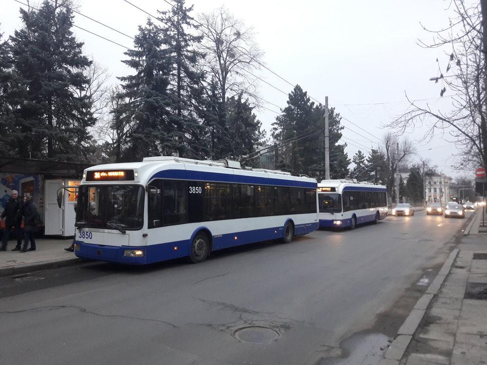 Zastávka Grădina Publică vcentru města.