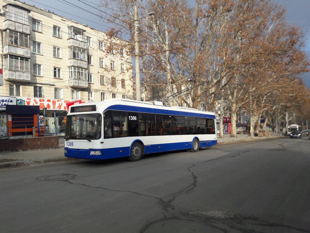 """U zastávky Cinematograful """"Flacăra"""" nazápadě města."""