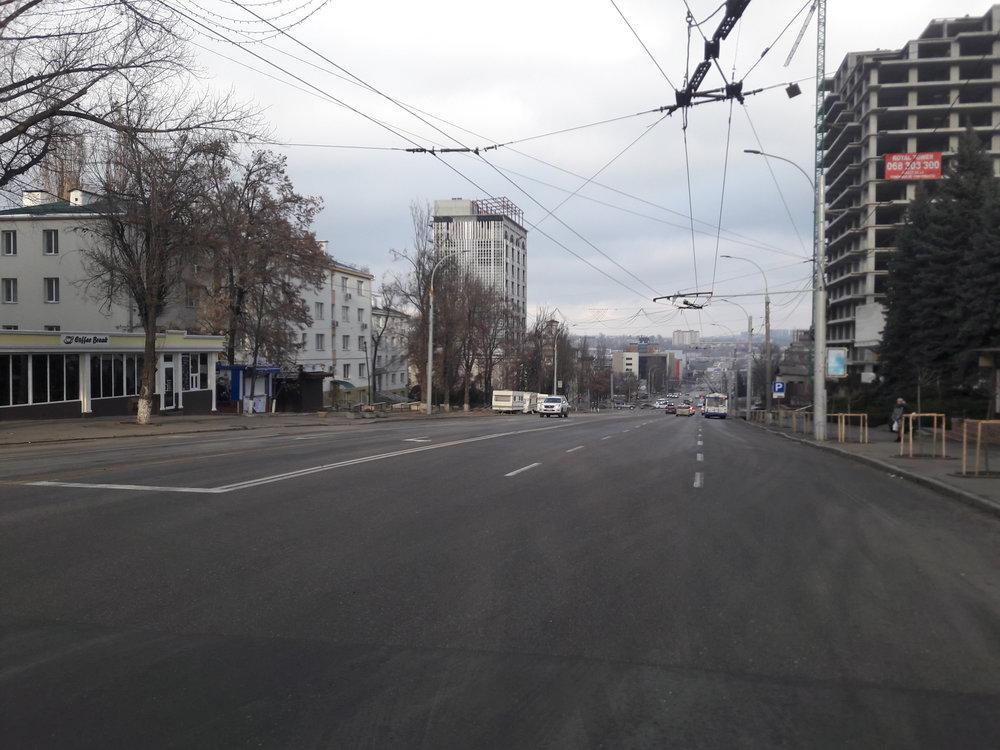 U lékařské univerzity, kde končila první trolejbusová trať vKišiněvě (pohled navýchod).