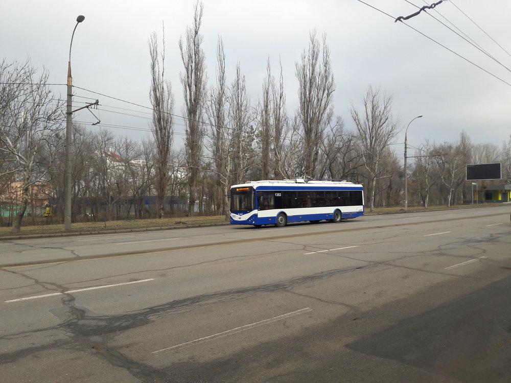 Vodní plocha spřilehlým parkem je za trolejbusem.