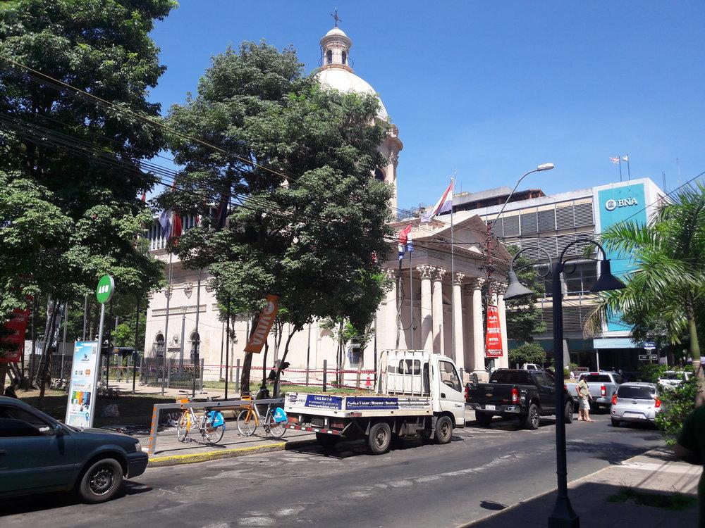 Ve třech dalších ulicích směrem dále od přístavu vedly také tramvajové koleje. Nasnímku druhá ztěchto tří, a sice ulice Palma (směrem vlevo pak nazývaná jako Mariscal Estigarribia).
