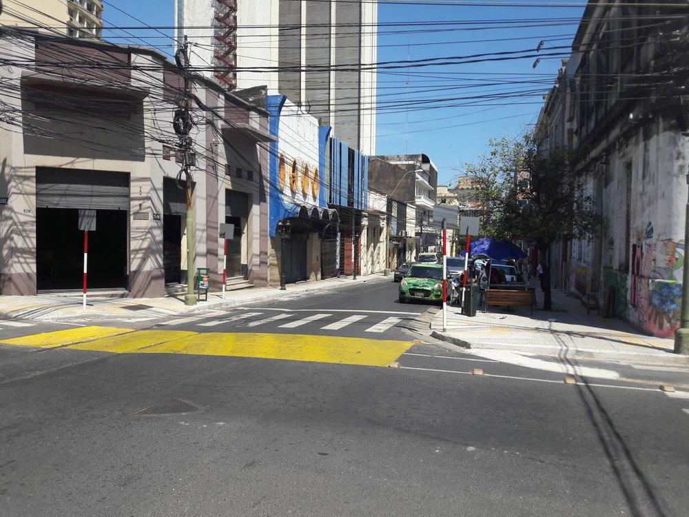 Ulice 25 de mayo (pohled směrem kpřístavu).