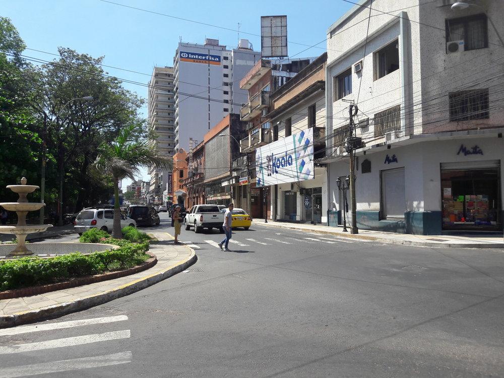 A zde už jsme najihozápadním okraji Plaza Uruguaya. Jedná se očtvercové náměstí, kolem kterého mohly tramvaje jezdit dokola.