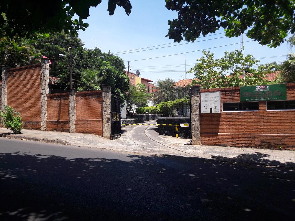 Vjezd do bývalé vozovny San Miguel. Dnes je areál knepoznání.