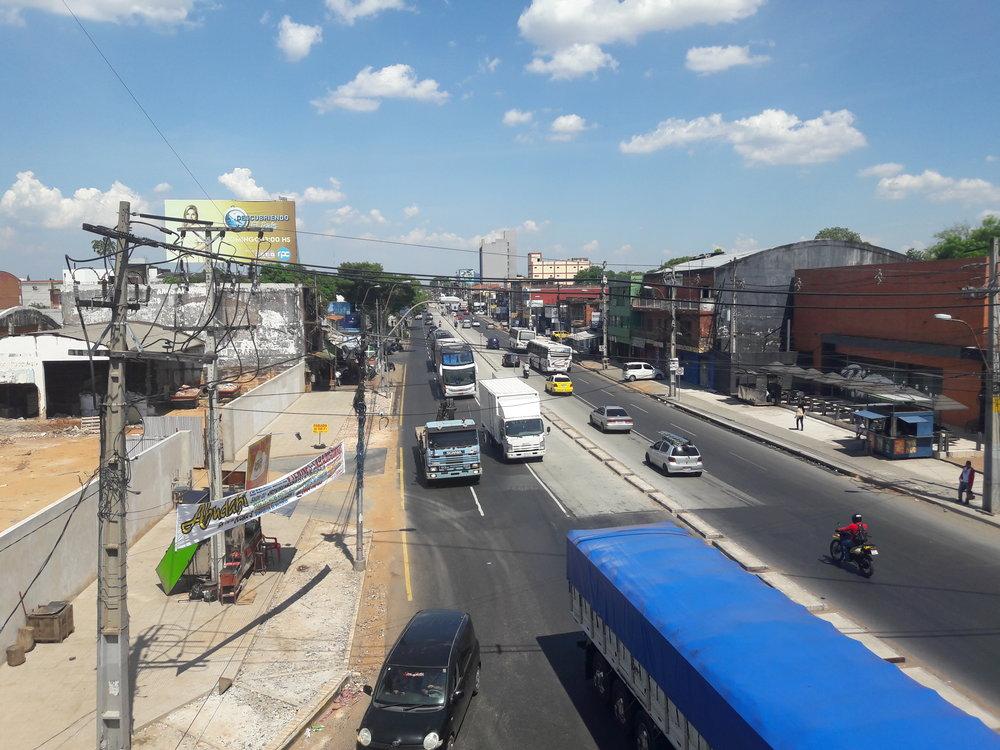 Avenida Eusebio Ayala ze třídy Madame Lynch. Někde pod tímto mostem tramvaj kdysi končila, tehdy tam ovšem most nebyl.