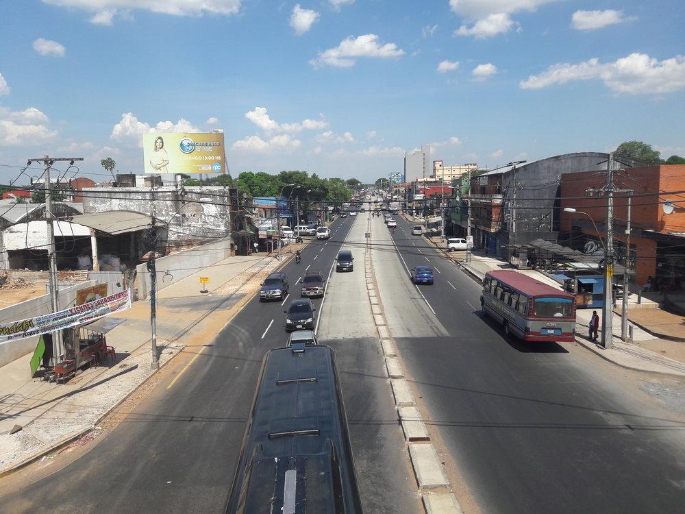 Pohledy nakoridor metrobusu ve městě Fernando de la Mora.