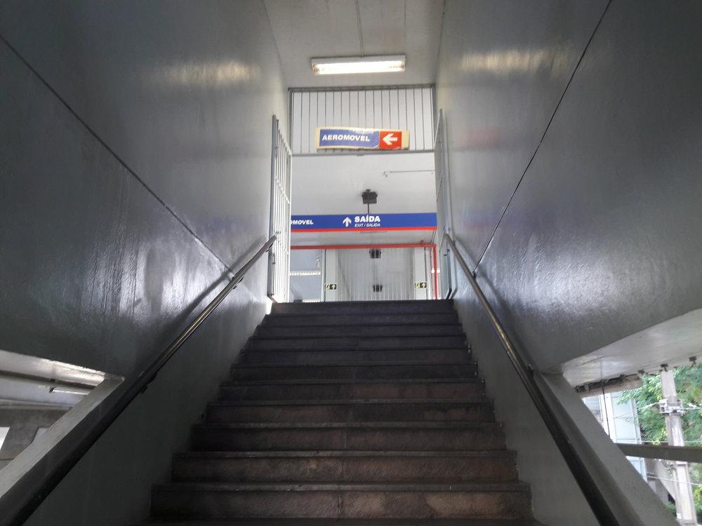 Při výstupu zmetra se jde po schodech nahoru.