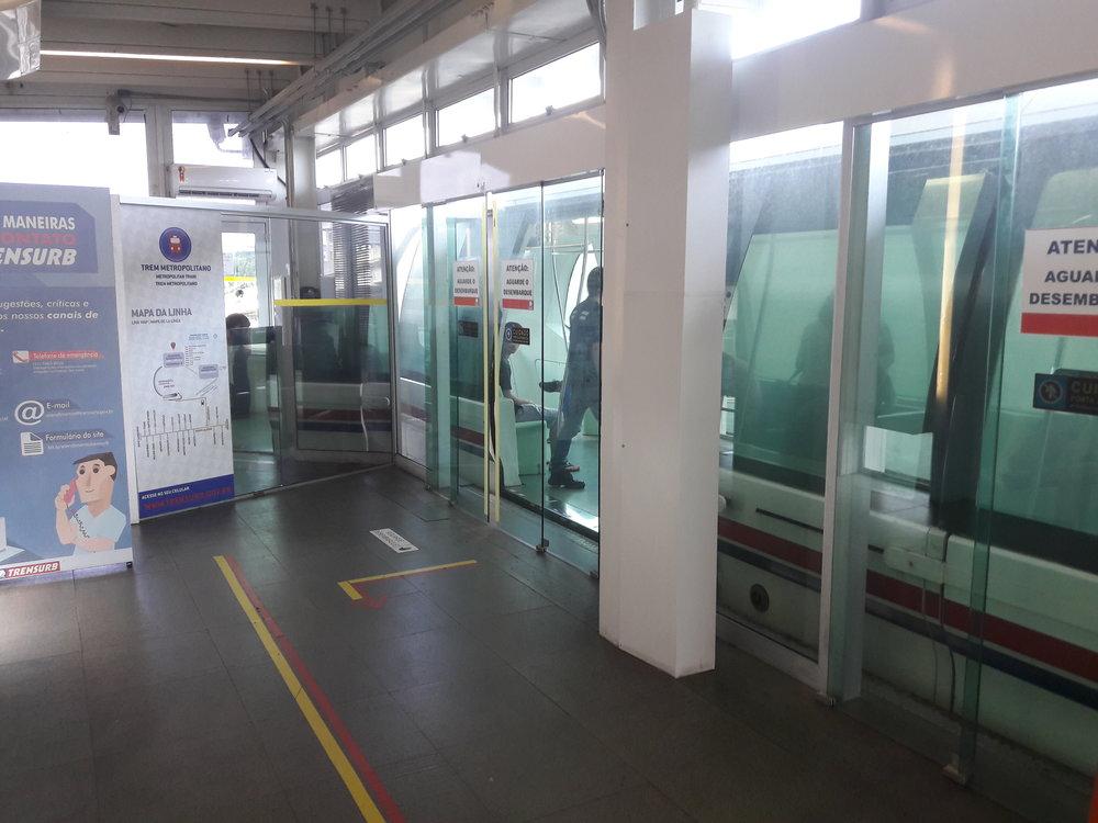 Dveře, které brání pádu cestujících do kolejiště, ovšem nefungují všechny a je možné nastoupit jen jedněmi znich. To stejné platí i pro druhou konečnou stanici přímo u letiště.