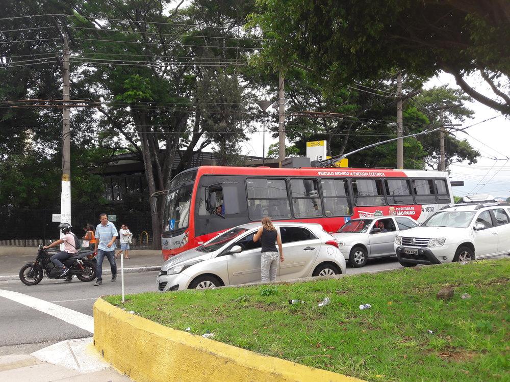 "Trolejbus po výjezdu zterminálu Penha dělá ""kolečko""."