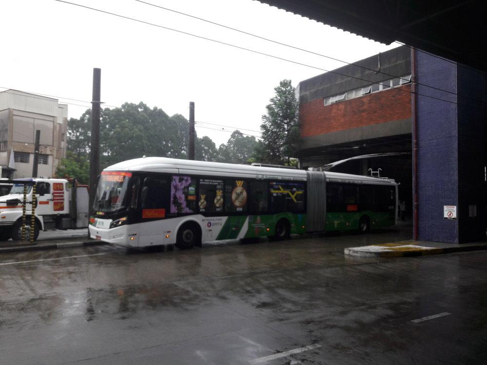 Tento trolejbus naopak teprve naterminálu ve Ferrazópolisu vysadil cestující a pojede se otočit nasmyčku.