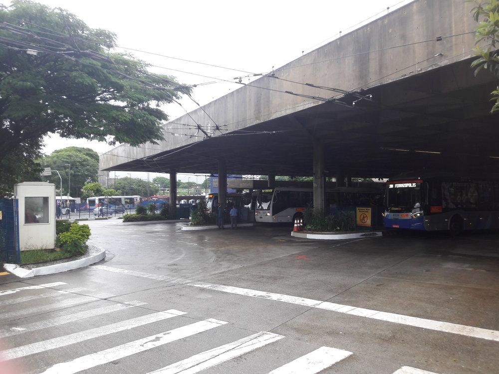 Po nabrání nových cestujících vyjíždí trolejbusy ven.