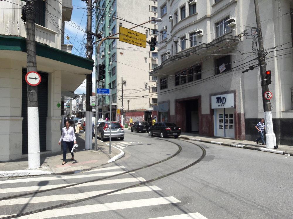 Koleje a historická tramvaj vcentru Santose.