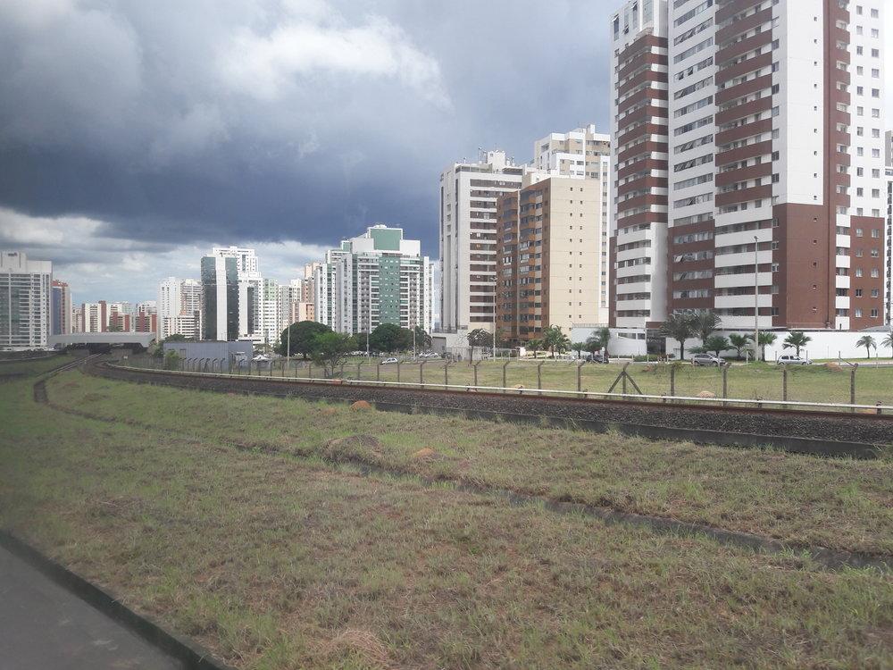 Pohled nastanici Águas Claras při výjezdu směrem do Samambaie.
