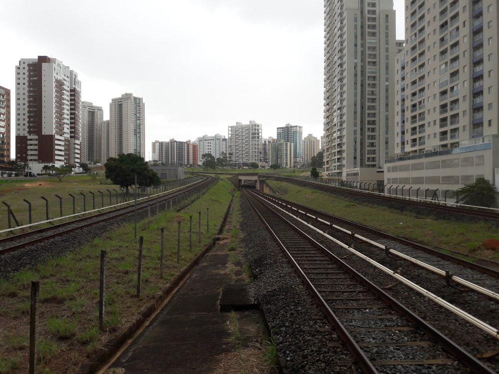 Stanice Águas Claras. Před třiceti lety nebyly výškové domy vdané lokalitě přítomny.