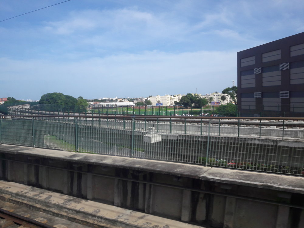 Pohled napřibližující se estakádu linky lehkého metra u stanice Parangaba.
