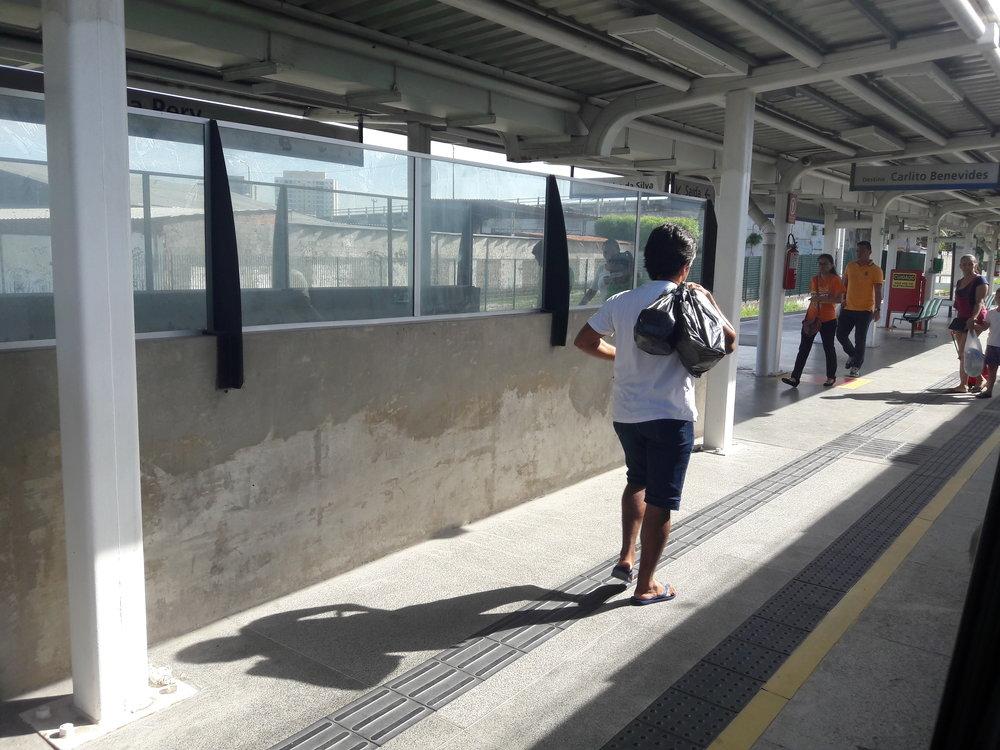 Nácestné stanice naotevřeném úseku jsou si velmi podobné, očemž svědčí tento i následujících osm snímků. Natomto stanice Vila Pery.