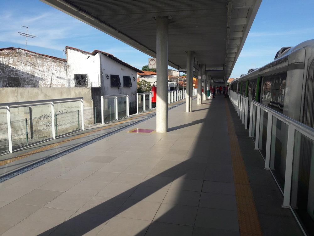 Stanice Vila União nalince VLT. Leží uprostřed slumu.