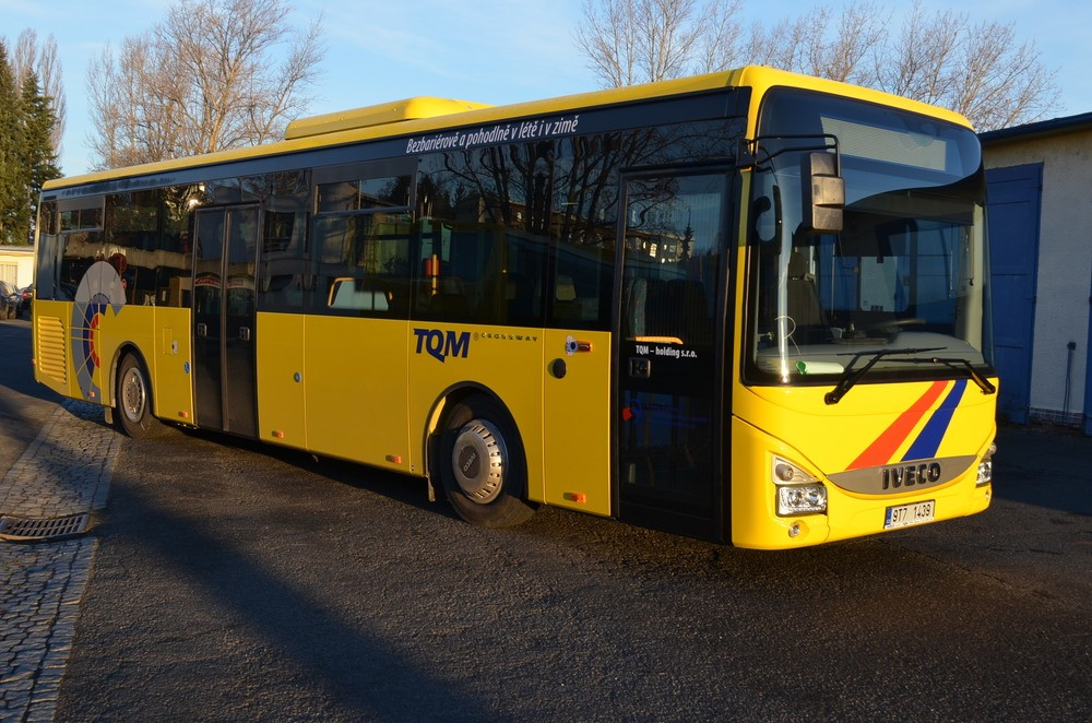 Jeden z dvojice nových Crosswayů 12M LE, který je součástí celkem osmikusové dodávky vozů značky Iveco Bus pro opavského dopravce TQM. (foto: TQM – holding s. r. o.)