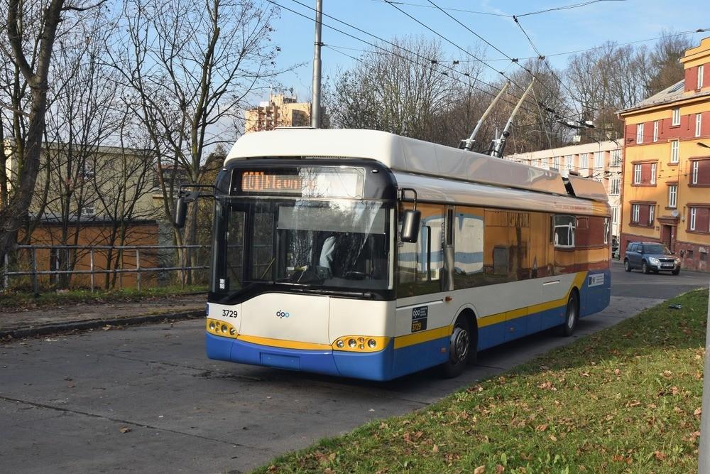 První z trojice ex-švýcarských trolejbusů Solaris Trollino 12 AC vyjel v Ostravě dne 4. 12. 2015 na linku č. 101. (foto: Miroslav Halász)
