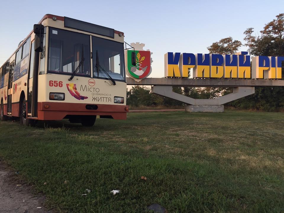 Trolejbus JUMZ T2 ev. č. 656, r. v. 2008, pózuje na hranici Krivého Rogu dne 4. září 2017. (foto: Aleksandr Katričenko)