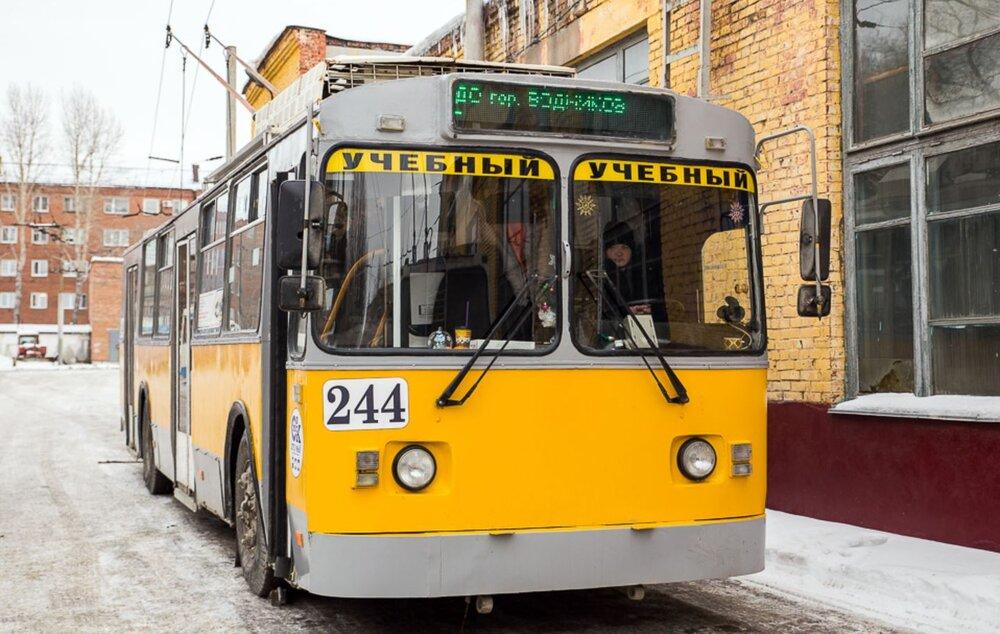 Tento vůz typu AKSM-101 pochází z roku 1997 a roku 2015 byl renovován. Trolejbus slouží jako autoškola. Snímek je z roku 2018. (foto: Администрация города Омска)