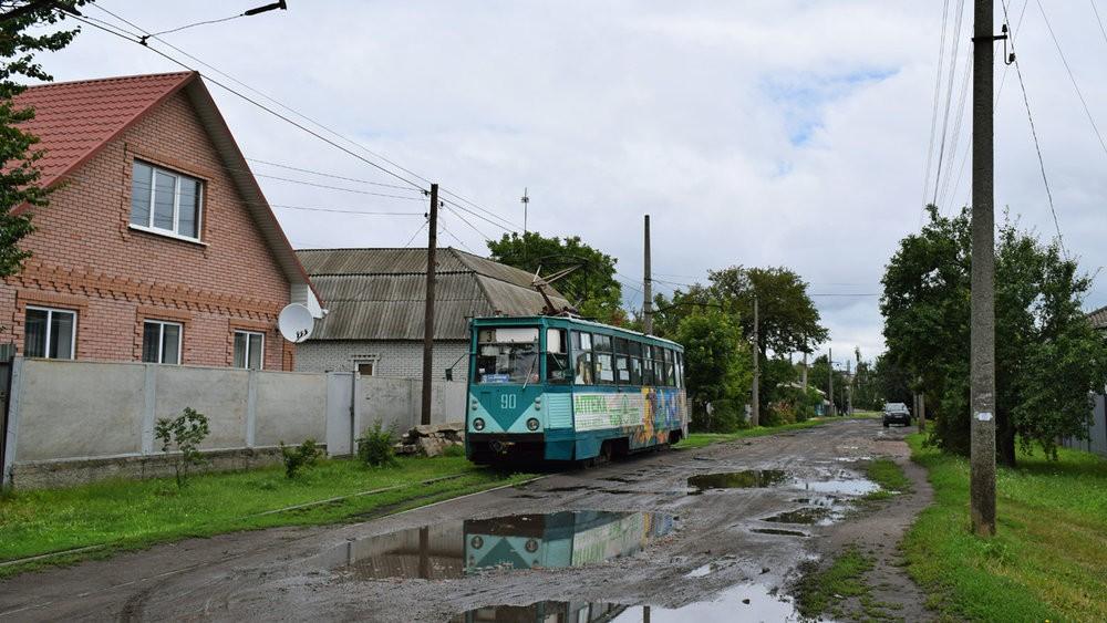 Tramvaj KTM-5 v Konotopu. Místní tramvajový provoz ovšem potřebuje větší investice, než jen do obnovy flotily vozového parku. (foto: Petr Bystroň)