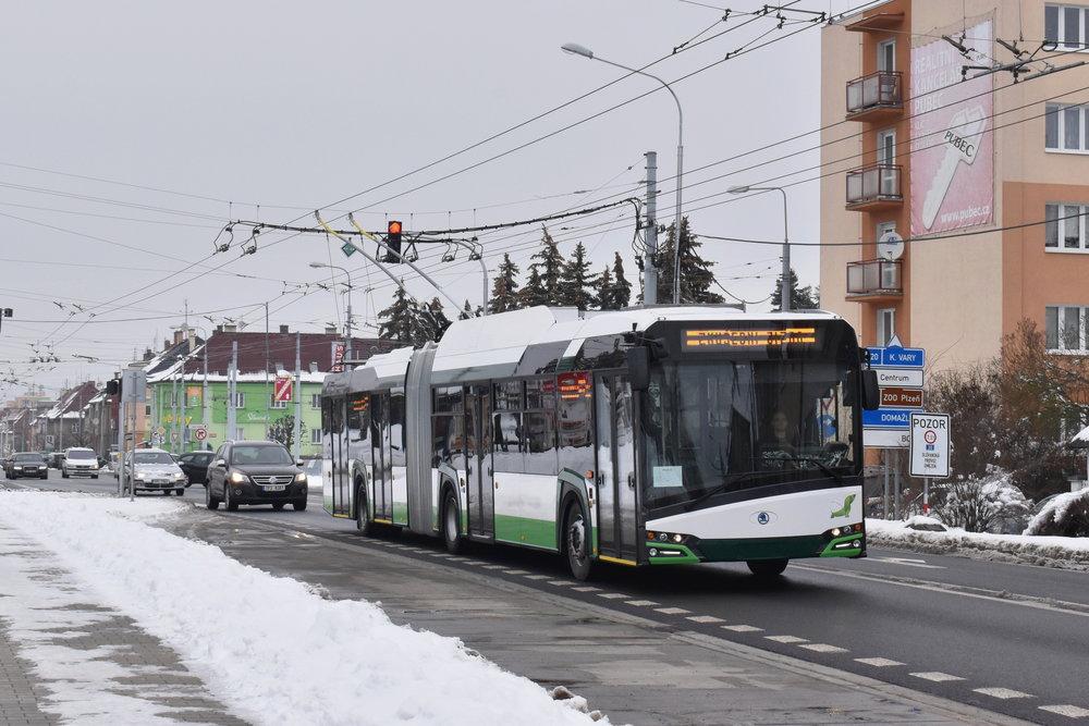 Trolejbus Škoda 27 Tr s karoserií Nového Urbina (resp. Nového Trollina) v provedení pro Plzeň. Barevné řešení budí poměrně značné emoce. (foto: Zdeněk Kresa)