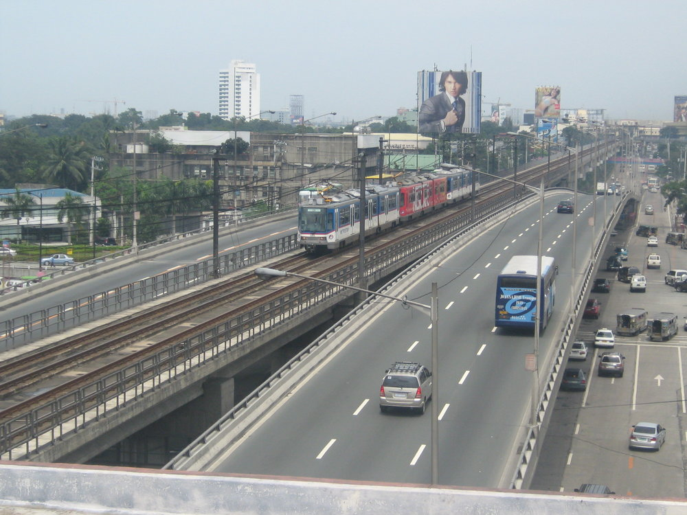 Vlak rychlodrážních vozidel RT8D5 v Manile. (zdroj: Wikipedia.org)