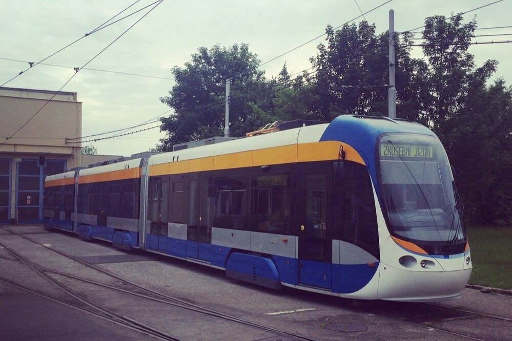 """Tramvaje ve městě Tchien-šuej by měly být údajně vzdálené příbuzné prototypu vozu Inekon Superior (na snímku; přesněji Inekon 210 – SUPERIOR PLUS). V Číně jsou ale použity tramvaje koncepce """"Multigelenk"""" s neotočnými podvozky. (foto: Libor Hinčica)"""