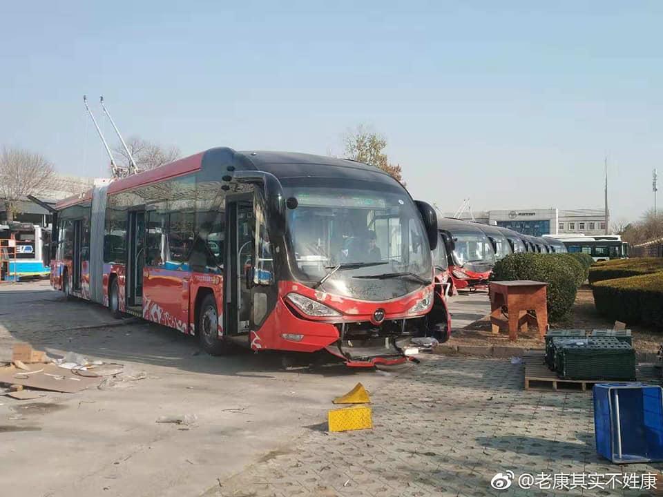 Článkový trolejbus Foton pro Baoding ve výrobním závodě.