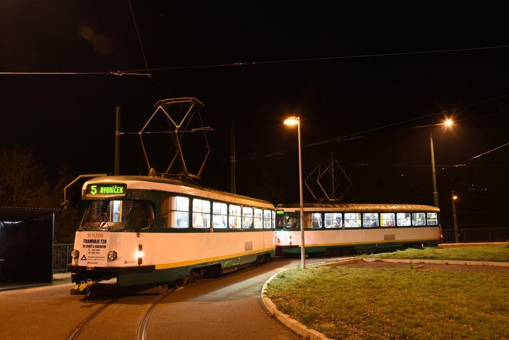 Tramvaje T2R čekají na svůj poslední odjezd ze smyčky ve Vratislavicích. (foto: Libor Hinčica)