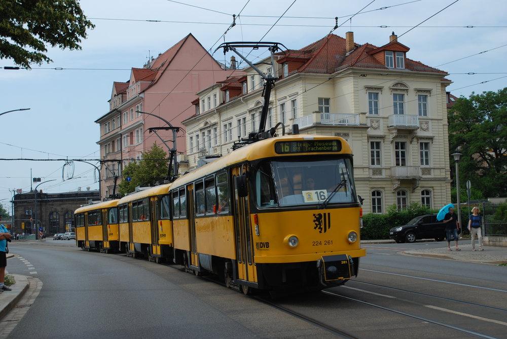 Tramvaje Tatra T4D v Drážďanech na snímku z června 2018, kdy byly vypraveny na zvláštní linku číslo 16. (foto: Libor Hinčica)
